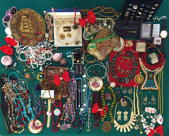 A collection of old and modern jewelry, more than 350 items. Marked gold (750) and (375), silver (925) with precious stones and mixed products from the liquidation of personal property.
