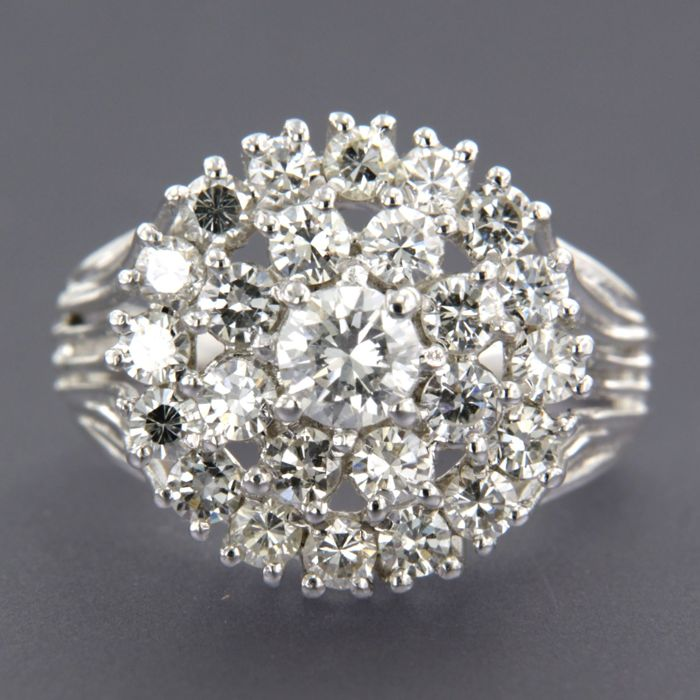 14 kt white gold ring set with 25 brilliant cut diamonds, approx. 1.70 ct in total