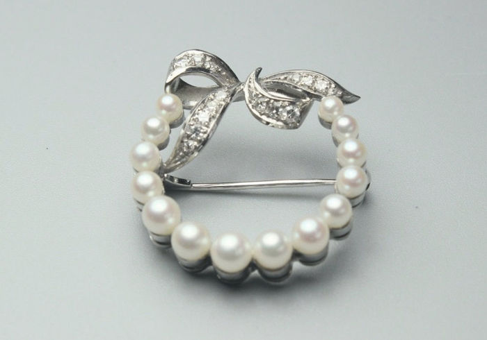 "Art Deco brooch / pendant, ""bow"" with diamonds and Akoya pearls made of 750 / 18 kt gold white gold antique circa 1925"