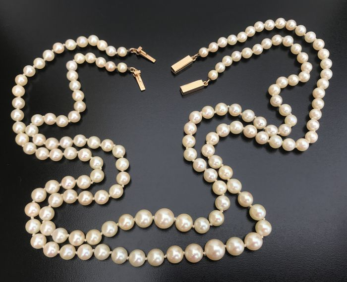 Double-stranded Akoya pearl necklace, with a detachable 18 kt clasp, allowing it to be split into two necklaces