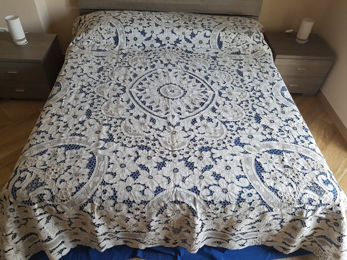 Fine bedspread made of linen blend embroidered with cutwork and bunches - entirely handmade
