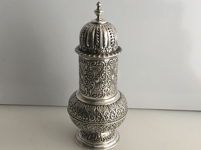 A high quality Victorian silver sugar sifter/shaker - Fenton Brothers Ltd - Sheffield - 1897