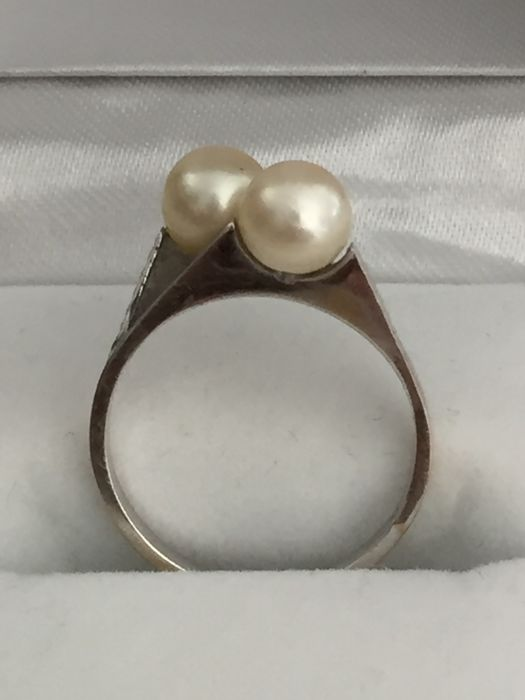 Ring in 18 kt white gold with 2 toi et moi pearls