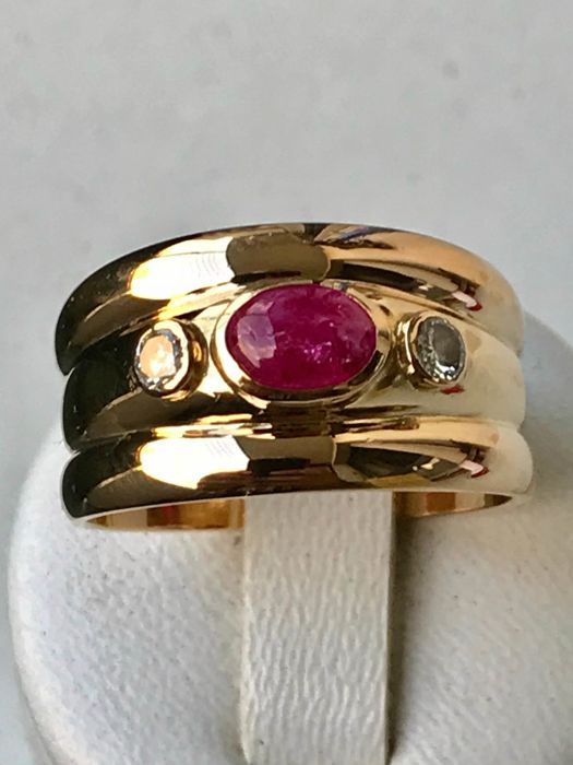 18 kt yellow gold ring set with a ruby and diamonds of 1.05 ct in total