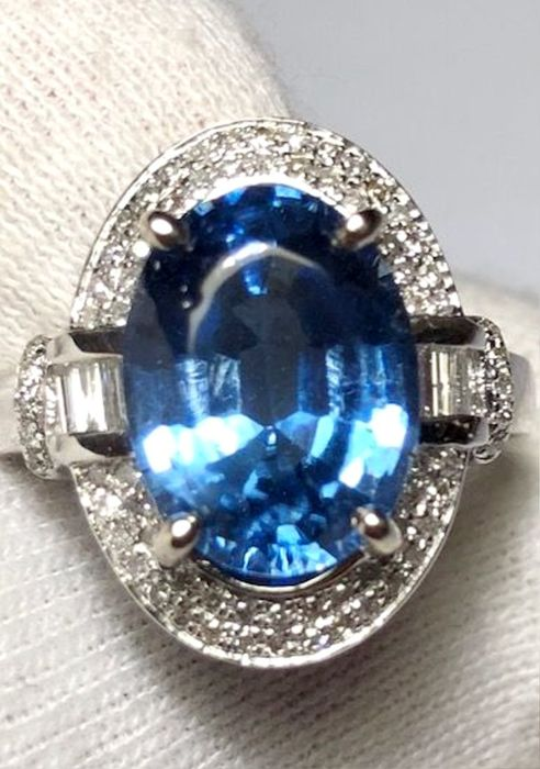 Women's cocktail ring in 18 kt white gold with 6.49 ct sapphire and diamonds, 1.20 ct *No reserve*