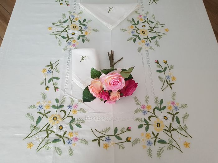 Spectacular tablecloth for 12 - pure linen with satin stitch embroidery - entirely handmade