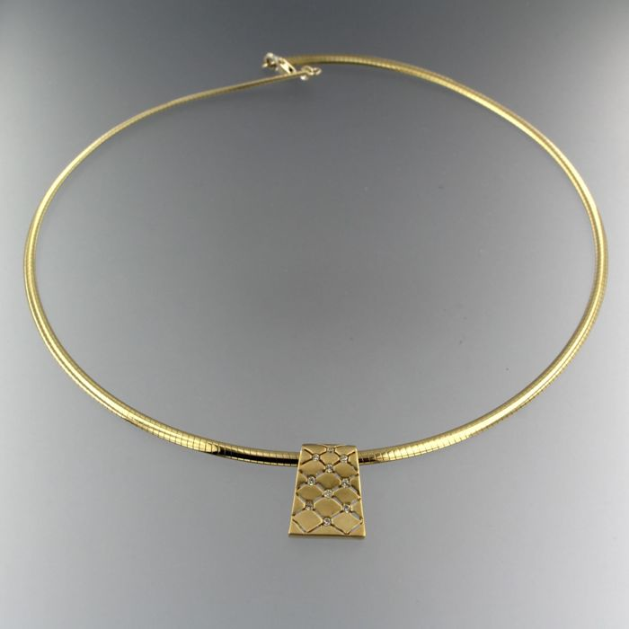 14 kt yellow gold necklace with an 18 kt yellow gold pendant set with brilliant cut diamonds of approx. 0.25 ct in total