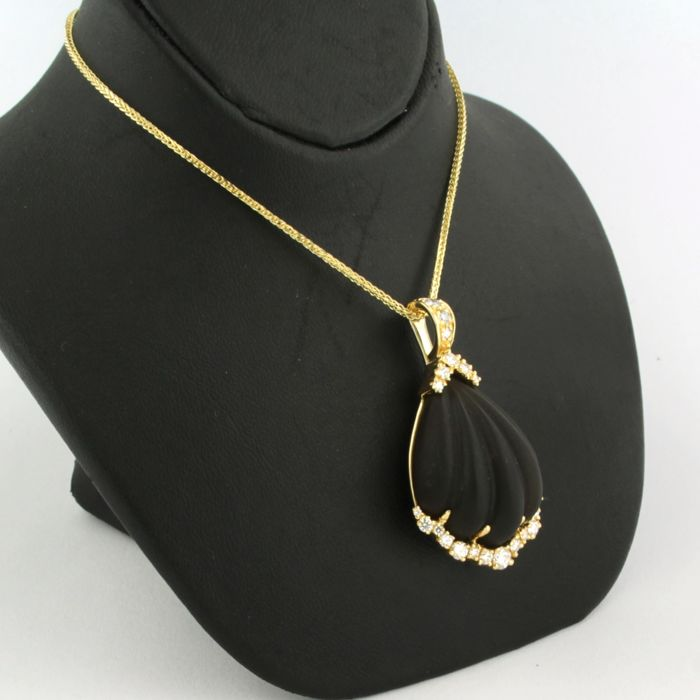 18 kt yellow gold pendant set with brilliant cut diamonds of approx. 0.70 ct in total and smoked glass, on a 14 kt yellow gold necklace of 42 cm long