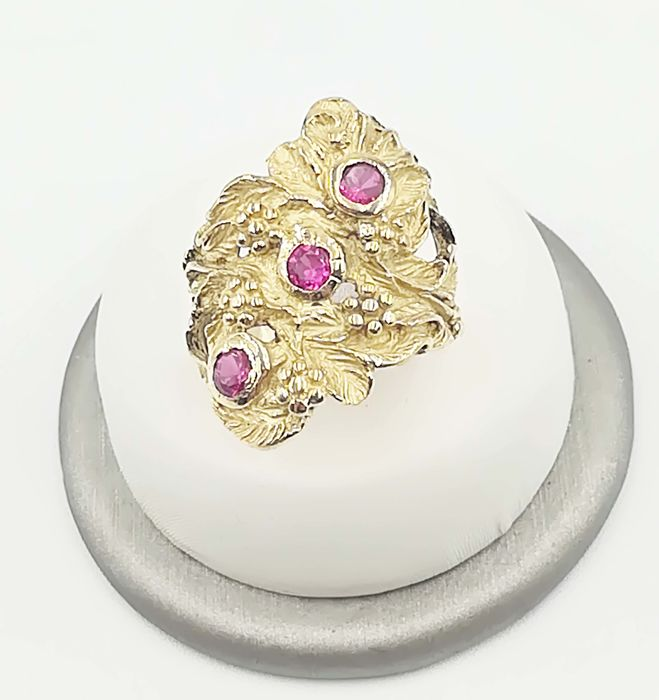 Ring in 18 kt yellow gold with rubies totalling 0.36 ct and a floral pattern - size 17