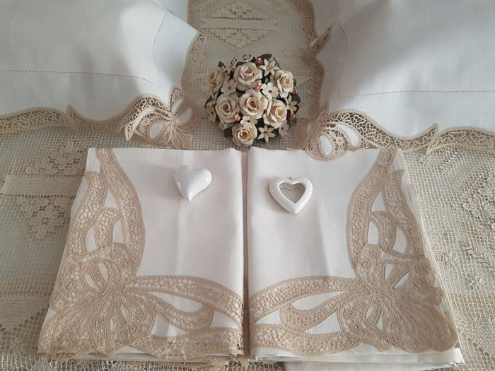 Fine bed sheet in pure linen with completely handmade Cantu embroidery 'love knot'