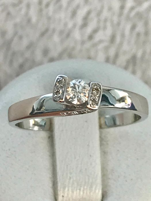 Solitaire ring in 18 kt white gold, set with a central G VS diamond weighing 0.18 ct