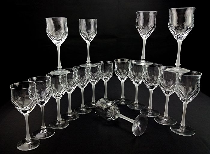 Old French crystal service - Composed of 10 wine glasses and 7 water glasses