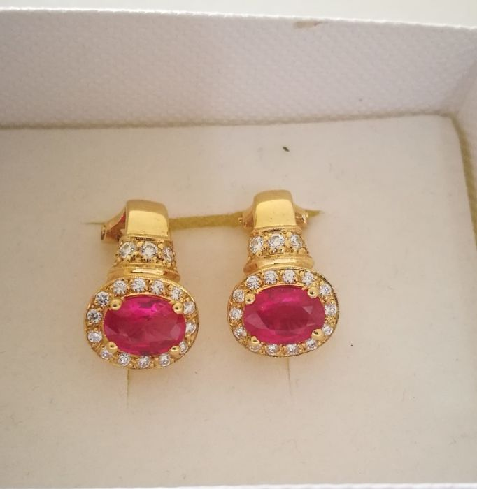 18 kt gold earrings with 2 rubies measuring 0.8 mm x 0.5 mm and 34 brilliant-cut diamonds weighing 0.40 ct