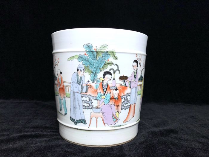 A porcelain pot with figure painting - China - late 20th century