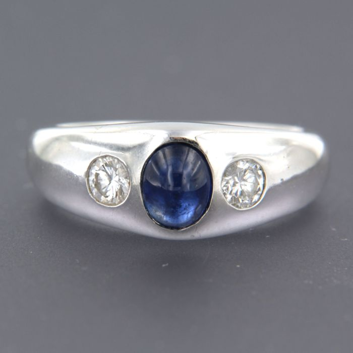 18 kt white gold ring set with a cabochon cut sapphire and 2 brilliant cut diamonds approx. 0.30 carat in total - ring size: 17.5 (55)