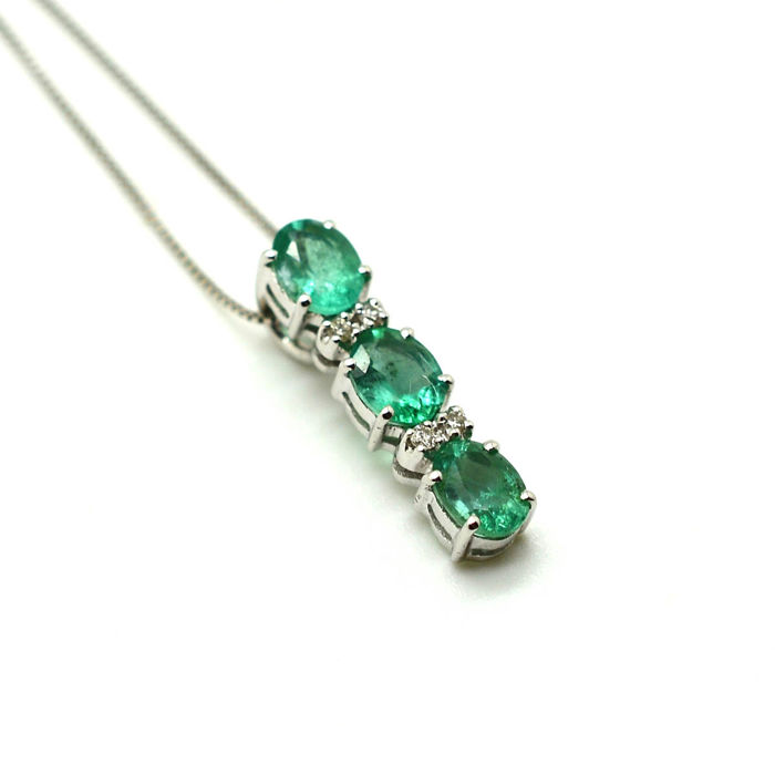 Necklace with trilogy pendant in 18 kt gold with emeralds and diamonds