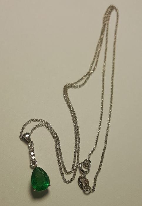 Emerald teardrop pendant with Diamonds and a 45 cm long, 18kt white gold chain.