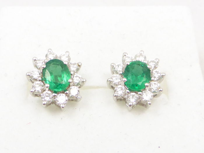 18 kt white gold entourage stud earrings with emerald and diamond - No reserve price