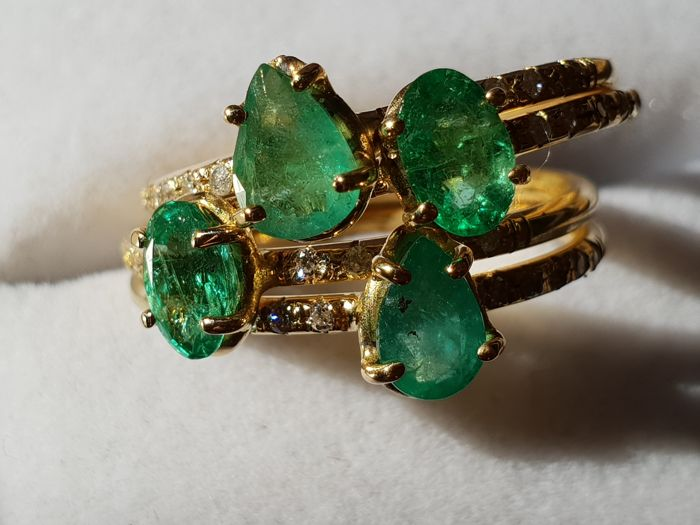 18 kt gold ring with emeralds and small diamonds - Size 14