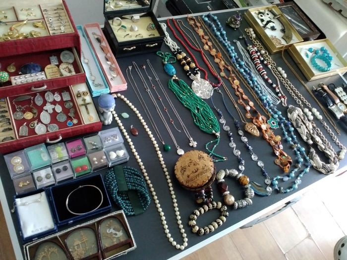 A collection of silver jewelry (silver over 200 grams), around 200 items, with precious stones (malachite, sadelite, agate, turquoise, bone, mother of pearl), mixed products from the liquidation of personal property.