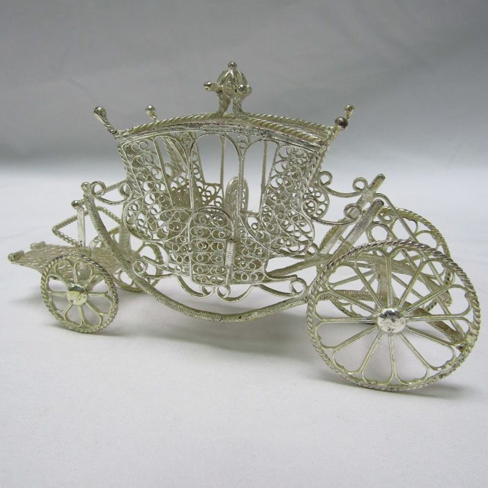 Handcrafted carriage in sterling silver filigree. Spain. Early 20th.