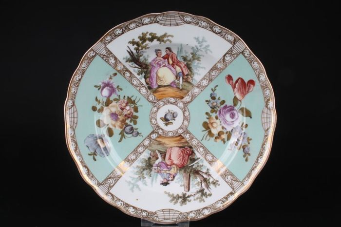 """Meissen splendid plate with Watteau painting """"Ø24"""" with a scene of figures, flower decoration, rich gold decoration"""