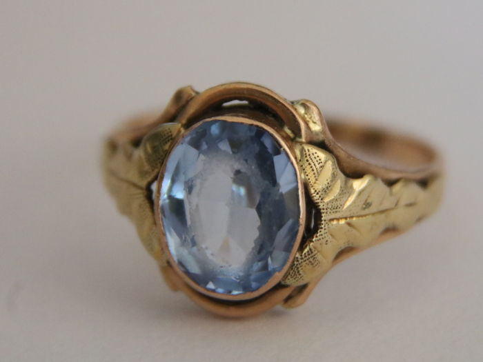 Antique handcrafted 14Kt. gold ring with 2,06ct Spinel on a beautifully decorated ring head