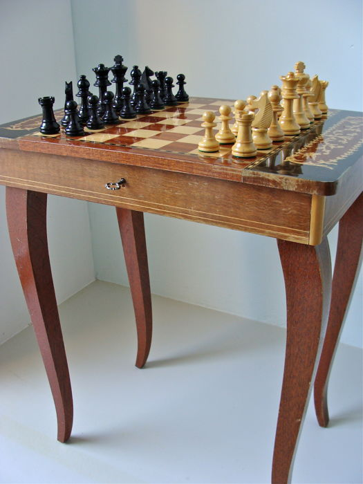 Chess table (incl. chess pieces) - with marquetry intarsia and built music mechanism