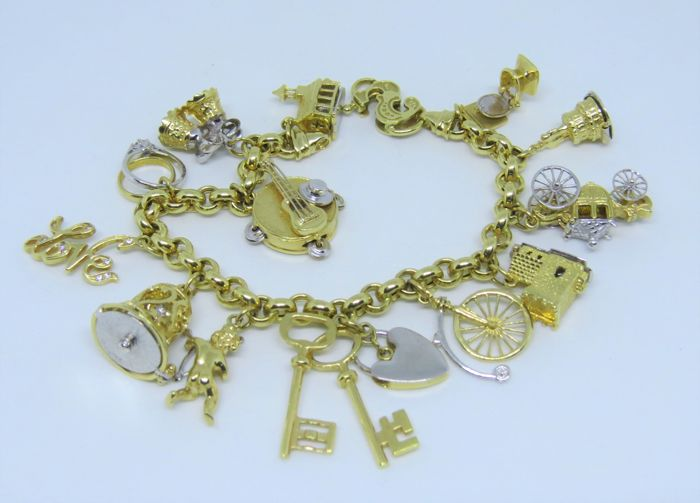 Bracelet with charms in 18 kt/750 gold 64.5 g White and yellow gold Like new in perfect condition.