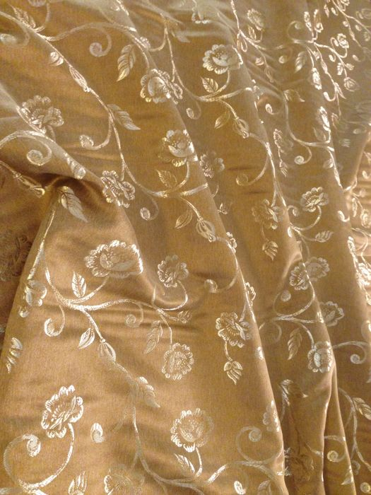 Lot including 5.40 metres of precious San Leucio damask silk blend fabric - hazel colour with rich gold branches motifs