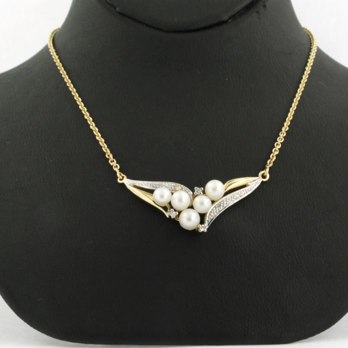 18 kt bi-colour gold necklace set with cultured pearls and 5 single cut diamonds approx. 0.04 carat in total