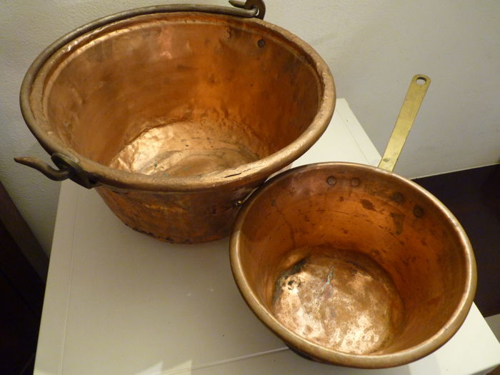 Old and large solid copper cauldron and saucepan, hand-hammered and hand forged, handles in hand forged and riveted brass - early 20th century, Italy