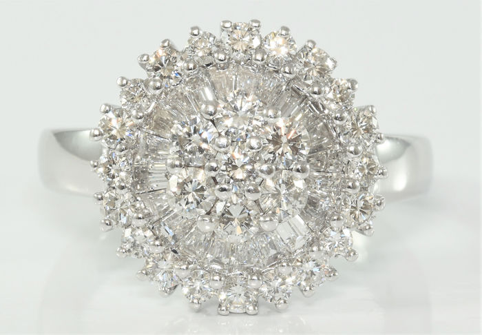 1.54 ct diamond cluster ring in 18 kt white gold