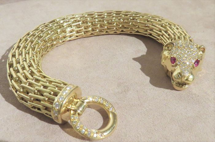 Panther bracelet in 18 kt/750 gold with diamonds and rubies Weight 123.5 g Brilliant cut diamonds for 2.05 ct, colour E/VVS2