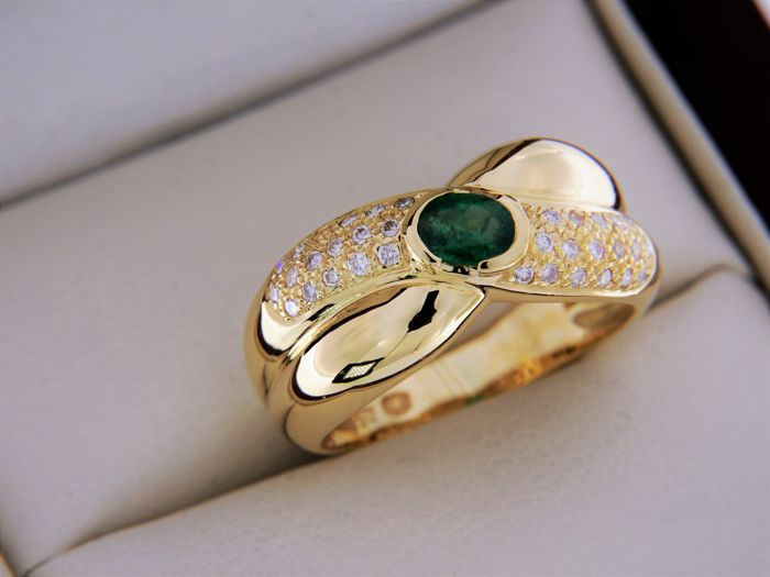 18 kt yellow gold ring emerald and diamonds - size 56