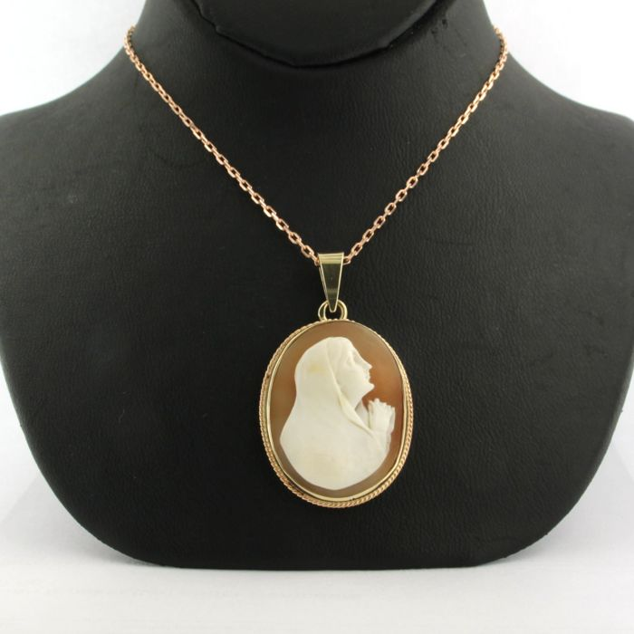14 kt rose gold necklace with a rose gold cameo pendant