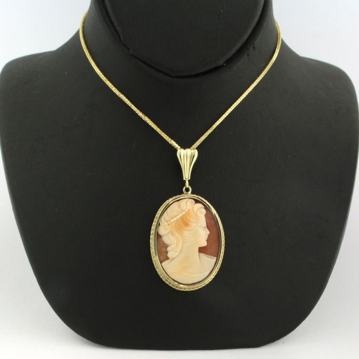 14 kt yellow gold necklace with  a yellow gold cameo pendant