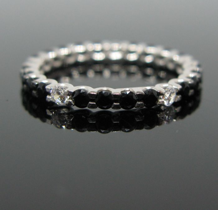 18 kt White gold eternity ring set with 5 white sapphires round-cut ct 0,12 tot and 21 black diamond round-cut tot 0,52 ct. Size 12 (52). No reserve price