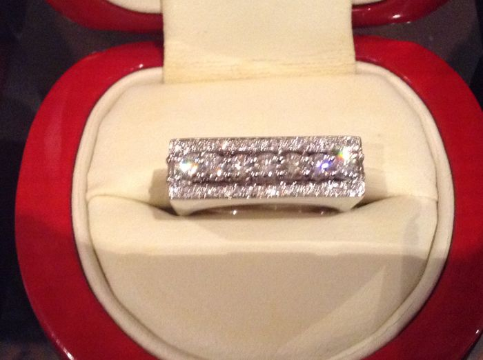 Very beautiful rectangular ring in 18 kt white gold, with D E F/VVS diamonds totalling 1.96 ct. Size 55