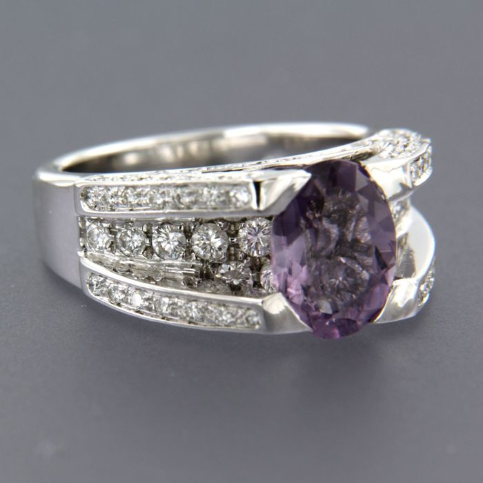 18 kt White gold ring set with an oval cut amethyst of approx. 2.40 ct in total and 95 brilliant cut diamonds of approx. 1.75 ct in total