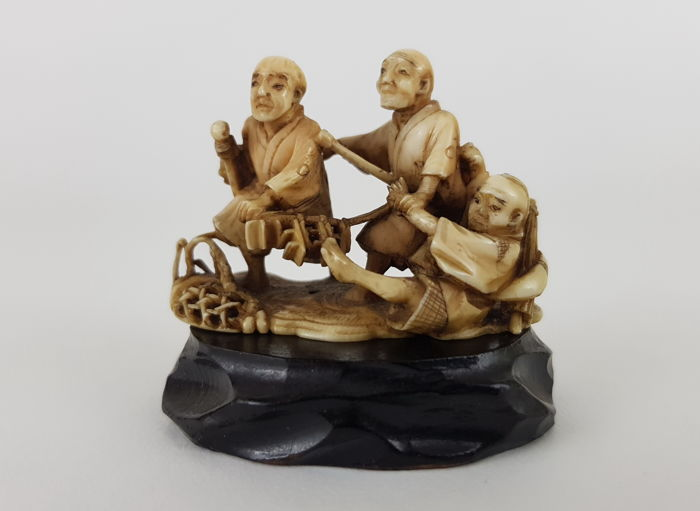 Ivory netsuke group of men, Red Seal Signed - Japan - ca. 1900 (Meiji period)