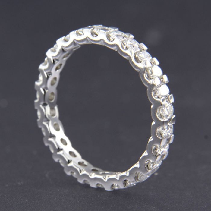 14 kt White gold full eternity ring set with 25 brilliant cut diamonds of approx. 1.50 ct in total - ring size 18 (56)