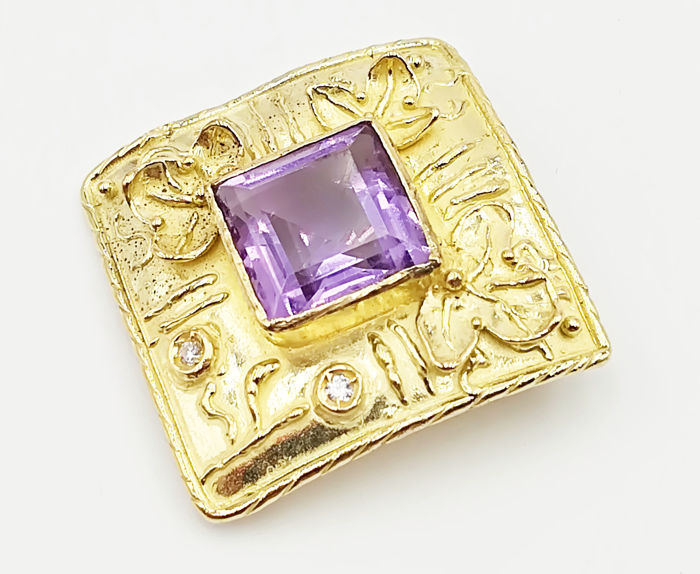 Yellow gold brooch (18 kt) with amethyst stone, 9.45 × 9.45 mm and brilliant cut diamonds totalling 0.02 ct, G/VS, length 2.50 cm