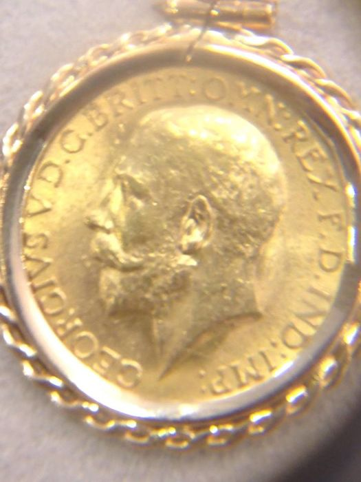 Medallion with a 1914 sovereign