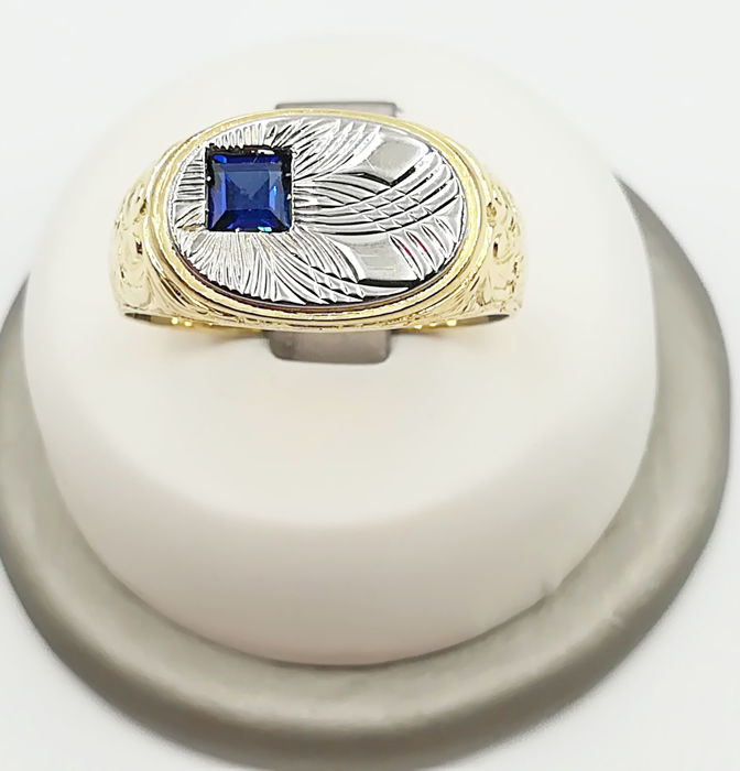 Men's ring in 18 kt yellow and white gold with sapphire measuring 3.73 x 3.73 mm, size: 26, total weight: 7.40 g.