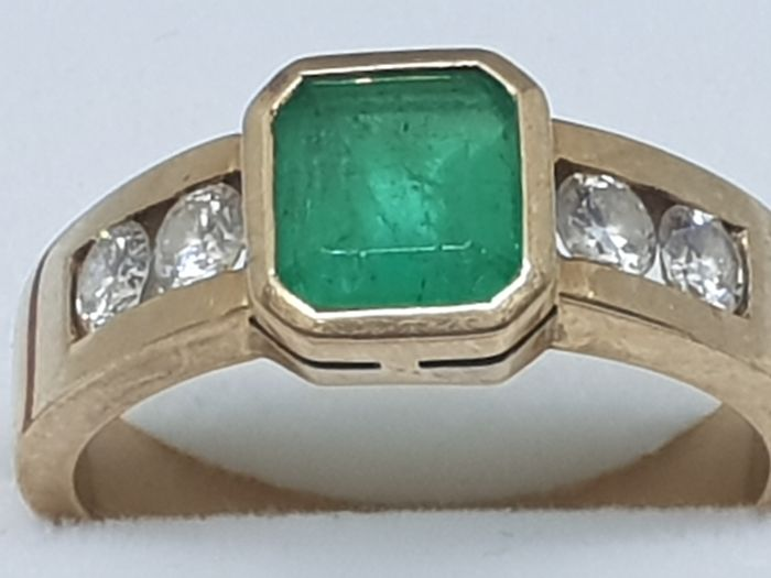 18 kt gold ring with 3 ct emerald and 4 high quality diamonds of 0.68 ct, VS1