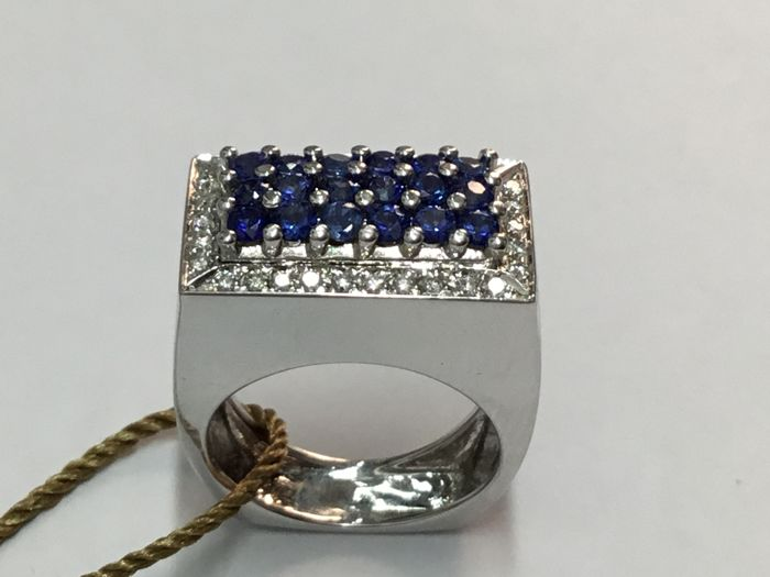18 kt white gold ring with 0.30 ct diamonds and 0.36 ct sapphires, gold weight 16.4 g, size 13/14