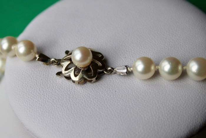 """Necklace signed """"FB"""" and 79cm long ca. 6.9-7.3 mm Akoya pearls. White gold clasp in flower shape. Professionally re-knotted on a new silk."""