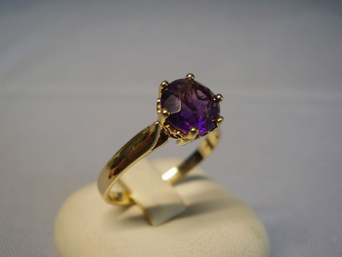 14 kt yellow gold ring with round faceted, natural amethyst solitaires of approx. 1.50 ct