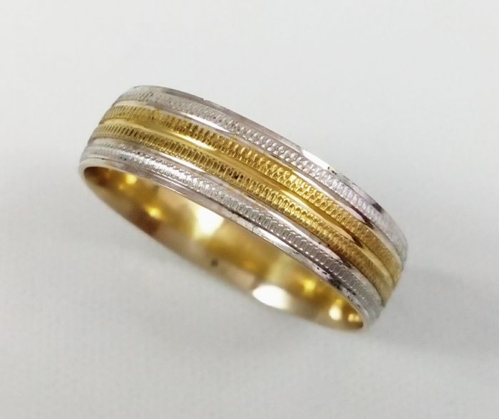 Wedding ring in 18 kt yellow  and white gold Matte/glossy hammered - size 23